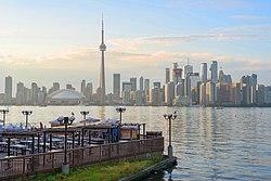 Horizonte del centro de Toronto visto desde las islas de Toronto en agosto de 2017