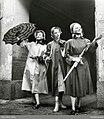 Tre kvinnor i regnkappor, regnmössor och paraplyn - Nordiska museet - NMA.0072511.jpg