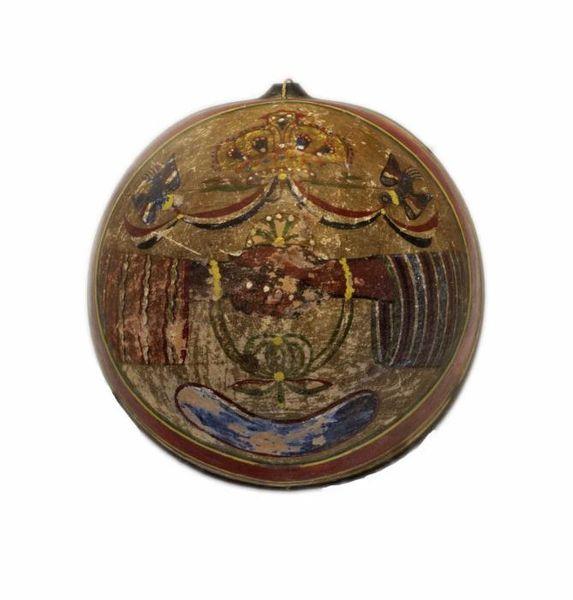 File:Tropenmuseum Royal Tropical Institute Objectnumber 1853-26 Kalebas kom met een geschilderde voors.jpg