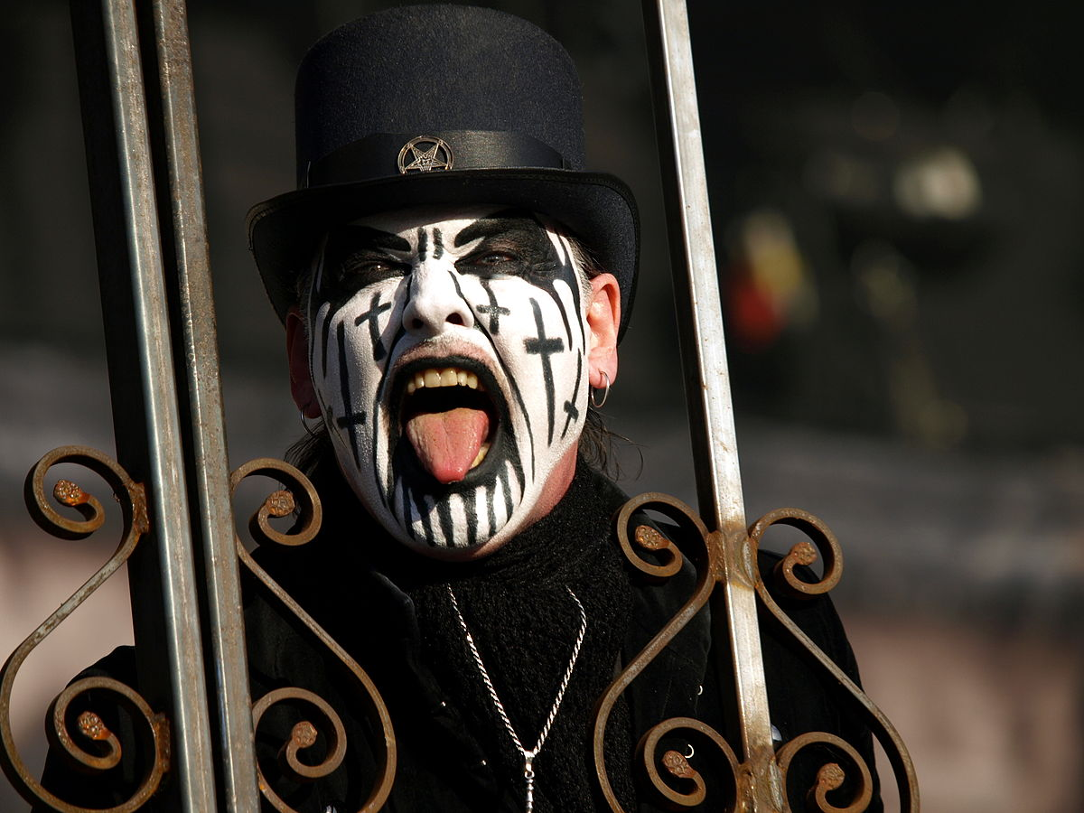 https://upload.wikimedia.org/wikipedia/commons/thumb/b/b5/Tuska_20130628_-_King_Diamond_-_05.jpg/1200px-Tuska_20130628_-_King_Diamond_-_05.jpg