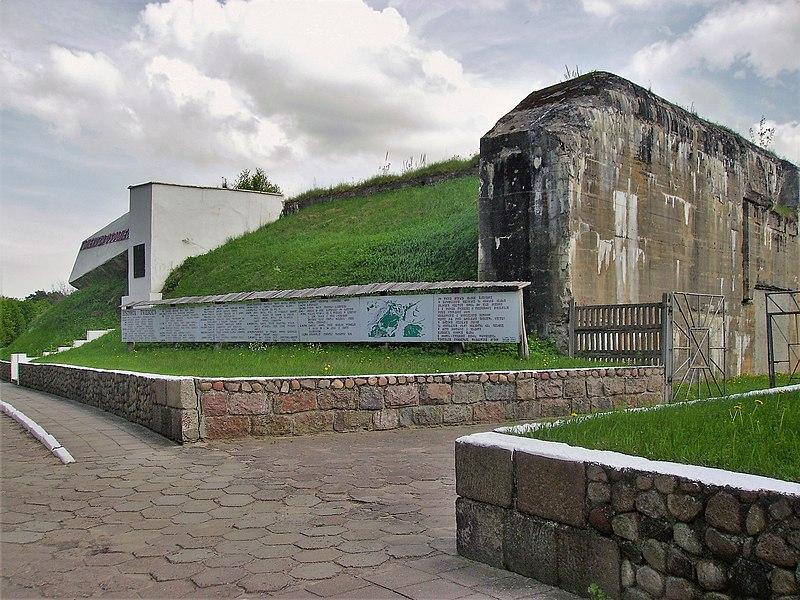 http://upload.wikimedia.org/wikipedia/commons/thumb/b/b5/Twierdza_Osowiec._Monument_1.JPG/800px-Twierdza_Osowiec._Monument_1.JPG