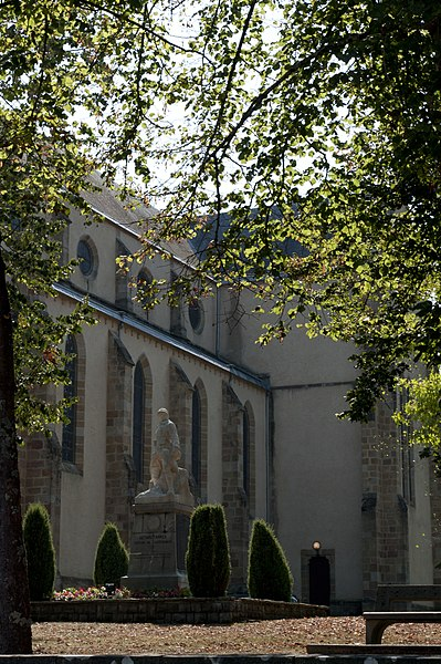 L'église Saint-Vincent est un lieu de culte catholique situé dans la commune de Ustaritz, dans le département français des Pyrénées-Atlantiques.