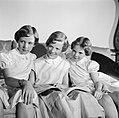 V.l.n.r. Prinses Benedikte, Prinses Margrethe en Prinses Anne Marie met een boek, Bestanddeelnr 252-8646.jpg