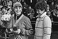WK Sprint schaatsen in Alkmaar. Yvonne van Gennip met bloemen en medaille, Bestanddeelnr 931-9594.jpg