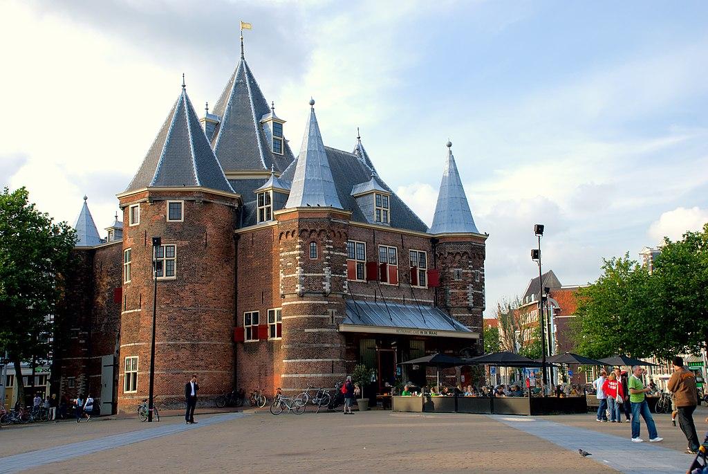 Den Waag à Amsterdam : Un restaurant aujourd'hui et une histoire compliquée. Photo de Kmhofmann