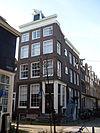 foto van Hoekhuis, voorgevel onder 19e-eeuwse lijst