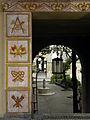 Wien-Margareten - Reumannhof - mit Keramikreliefs verzierter Durchgang.jpg