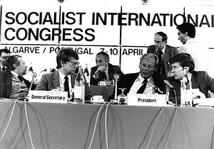 Socialist International - Willy Brandt with outgoing secretary general Bernt Carlsson (left) and new secretary general Pentti Väänänen (right) at the Socialist International Congress in 1983