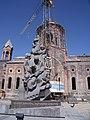 «Ամենափրկիչ եկեղեցին» Երկրաշարժի զոհերի հուշարձանի հետ.JPG