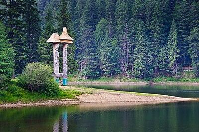 Дерев'яна скульптура на озерi Синевир.jpg
