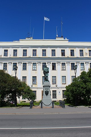 Italienisches Palais mit Pachtussow-Denkmal