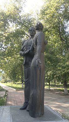 Вертикальные памятники Гай Мемориальный комплекс с арками и колонной Мамоново