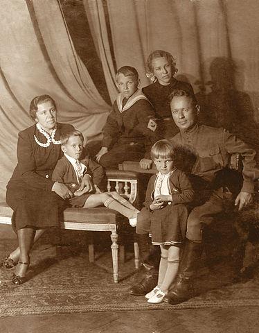 Семья М.А.Шолохова (апрель 1941г.). Слева направо: Мария Петровна с сыном Мишей, Александр, Светлана, Михаил Шолохов с Машей.