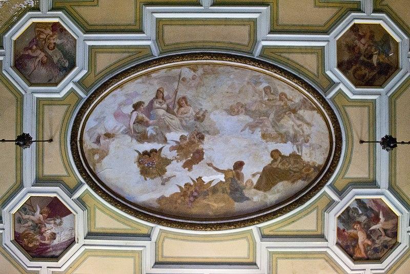 Стеля в головній залі Шарівського палацу. Автор фото — Maksimryabenko, вільна ліцензія CC BY-SA 4.0.