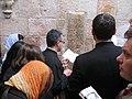 עולי-רגל מתפללים בתחנה בוויה דולורוזה.jpg