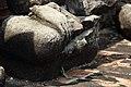 ร่องรอยแตกหักของพระพุทธรูปหินทราย.jpg