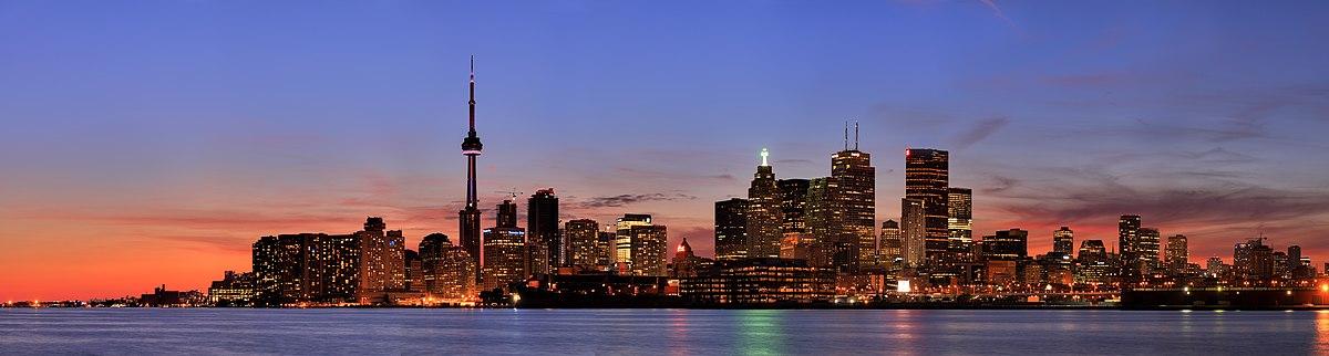 Atardecer en la ciudad de Toronto. Al centro destaca la CN Tower.