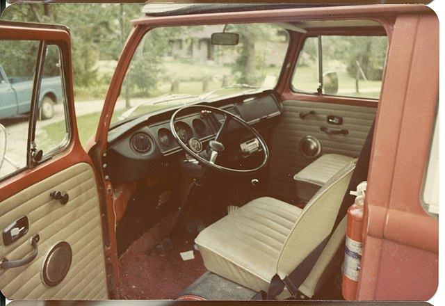 https://upload.wikimedia.org/wikipedia/commons/thumb/b/b6/1971_volkswagen_campermobile_driver_side_entrance.jpg/640px-1971_volkswagen_campermobile_driver_side_entrance.jpg