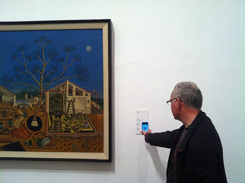 Bestand:1 visitor scaning QRPedia codes at Fundació Joan Miró (6).JPG