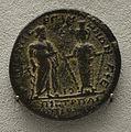 201209071750e Berlin Pergamonmuseum, Münze des Augustus, RS Asklepios und Artemis, FO Pergamon, VS Commodus, 177-192 u.Z.jpg