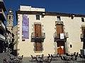 22 Can Salvador de la Plaça, pl. Ajuntament (Calella), al fons Santa Maria.JPG