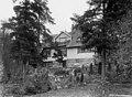 Ainolan puutarhassa Sibelius ja Aino sekä tyttäret Heidi, Margareta ja Katarina. - N31709 (hkm.HKMS000005-km002zhm).jpg