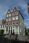 foto van Hoekhuis met klokgevel met op de scheiding met nr 101 een gezamenlijke gevelsteen