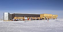 Amundsen-scott-south pole station 2006.jpg