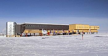350px-Amundsen-scott-south_pole_station_2006.jpg
