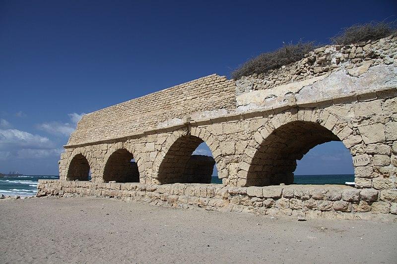 Datei:Ancient Roman aqueduct in Caesarea Maritima in Israel (2).JPG