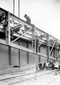 Arbeiter auf dem Schleusenkran - CH-BAR - 3241204.tif