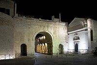 Arco di Augusto Fano illuminato.jpg