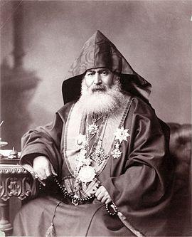 صورة فوتوغرافيَّة من سنة 1900م لِبطريرك الأرمن الأرثوذكس في بيت المقدس، هاروتين ڤهابديان المقدسي، ويبدو مُزيّنًا بالنياشين العُثمانيَّة التي كانت تُمنح لرجال الدين الكِبار من قِبل الحكومة العُثمانيَّة، بالإضافة إلى بضعة صُلبان، ويحملُ بيده سبحة.