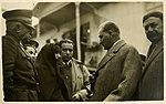 Atatürk Samsun'da bir kadının dertlerini dinliyor (1930).jpg