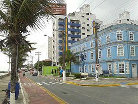 Avenida Getúlio Vargas,no centro de Mongaguá,com a prefeitura no canto direito da imagem