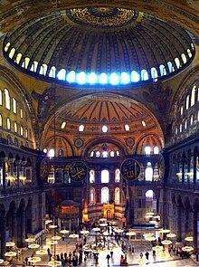Photographie de l'intérieur d'un monument religieux, la coupole centrale laisse apparaître la lumière