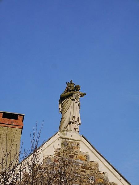 Statue extérieure de la Vierge sur le transept droit.