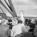 Bezoekers aan de molen tijdens de feestelijke ingebruikstelling - Aarlanderveen - 20003922 - RCE.jpg