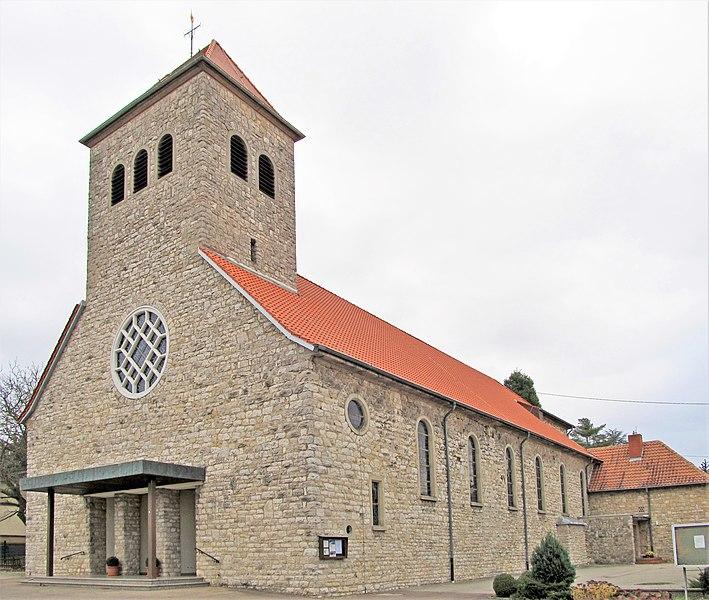 Die katholische Pfarrkirche St. Lukas in Bliesransbach, einem Ortsteil der Gemeinde Kleinblittersdorf, Saarland