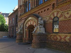 Institute for the Blind, Copenhagen - The main entrance with the two statues