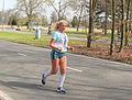 Blonde vrouw die door zet Marathon Rotterdam 2015.jpg