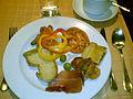 Brød, cornichons, røget laks, tomat, peberfrugt, oliven med ansjoser, empanada, croissant og skinke (4254754968).jpg