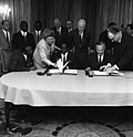 Bundesarchiv B 145 Bild-F022278-0002, Vertrag über Kapitalhilfe mit Mali.jpg
