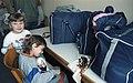 Bundesarchiv B 145 Bild-F079037-0031, Lager Friedland, Kinder vor Koffern.jpg