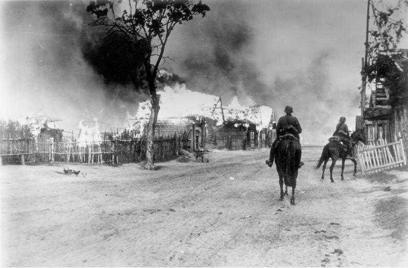 Bundesarchiv Bild 101I-137-1032-14A, Russland, brennendes Dorf, deutsche Kavallerie