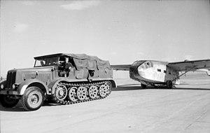 Bundesarchiv Bild 101I-561-1130-24A, Grosseto, Zugkraftwagen, Lastensegler Gotha Go 242.jpg