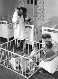 Bundesarchiv Bild 183-26072-0002, LPG Niedergoseln, Blick in die Kinderkrippe.jpg