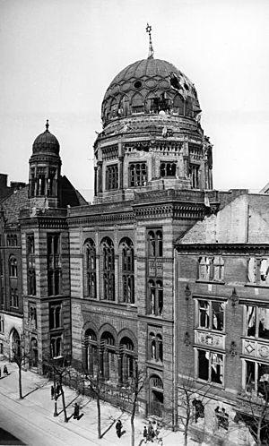 Israelitisches Familienblatt - Image: Bundesarchiv Bild 183 S78682, Berlin, Oranienburger Straße, Synagoge, Ruine