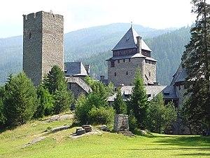 Burg Finstergrün gesehen von der Sportwiese