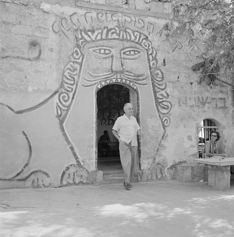 Burgemeester Marcel Janco verlaat een kunstcentrum in Ein Hod., Bestanddeelnr 255-2755